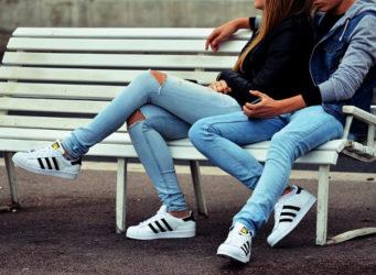 Imagen de una pareja joven sentada en un banco