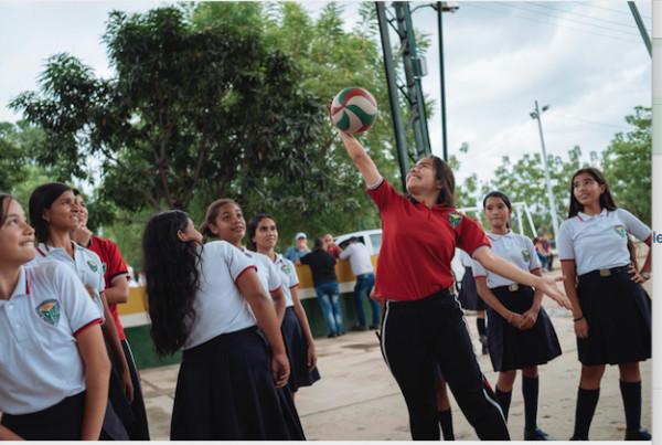 grupo de niñas colombianas jugando al voleibol