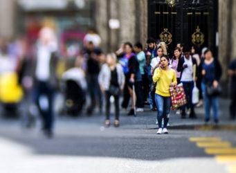 Una mujer cruza la Gran Vía de Madrid