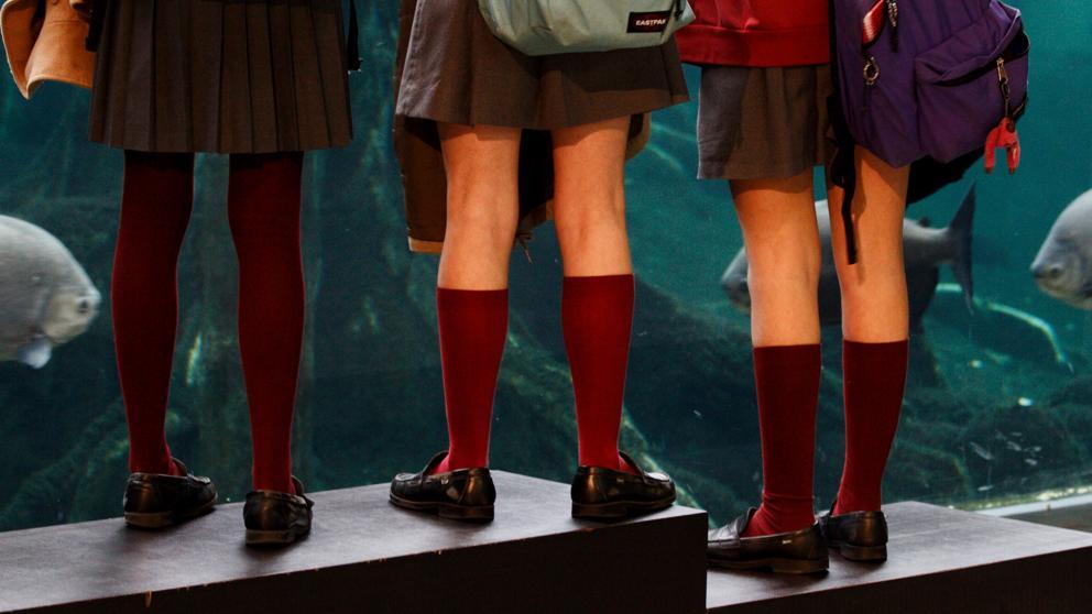 imagen de la falda del uniforme de tres jóvenes