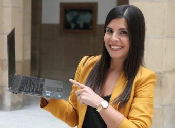 Imagen de Ana Freire con un ordenador portátil en la mano