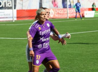 imagen de dos jugadoras de fútbol