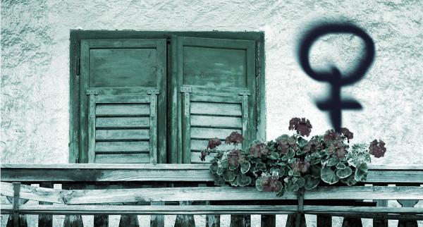 Imagen de un balcón con flores con el símbolo feminista