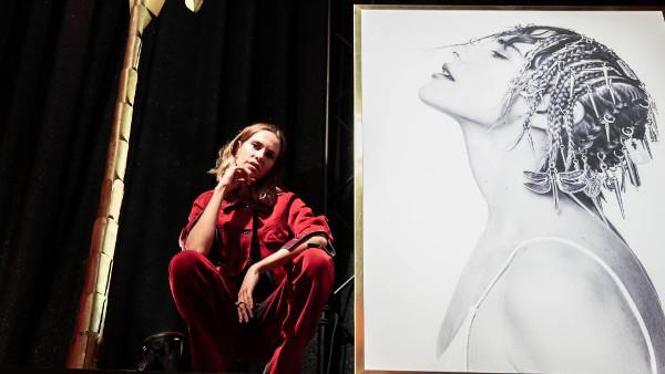 Imagen de Brisa Fenoy junto a un retrato