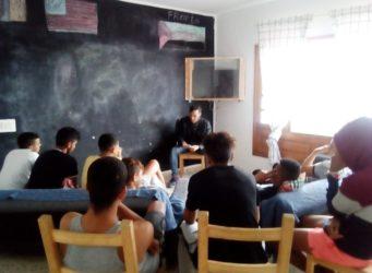 imagen de una charla a un grupo de menores migrantes