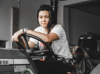 una joven subida en un tractor