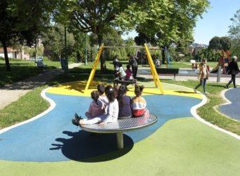 grupo de niños y niñas en un parque