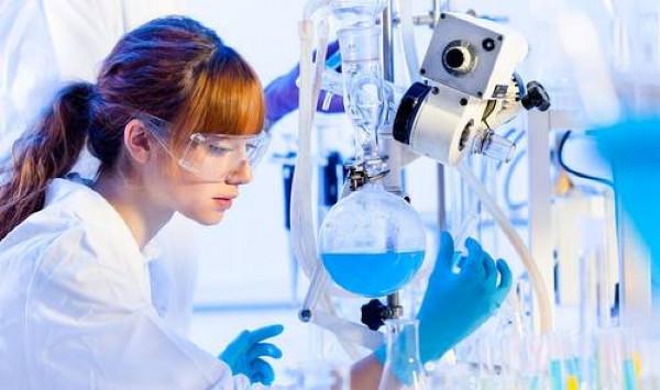 Imagen de una joven investigadora en un laboratorio