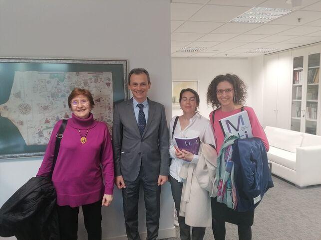 Imagen de las investigadoras con el ministro Duque