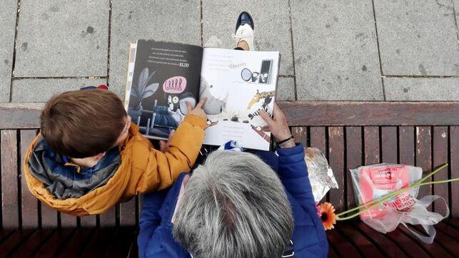 Una abuela leyendo un libro a su nieto