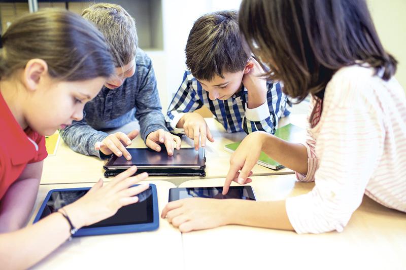 algunos jóvenes ante ordenadores y tabletas