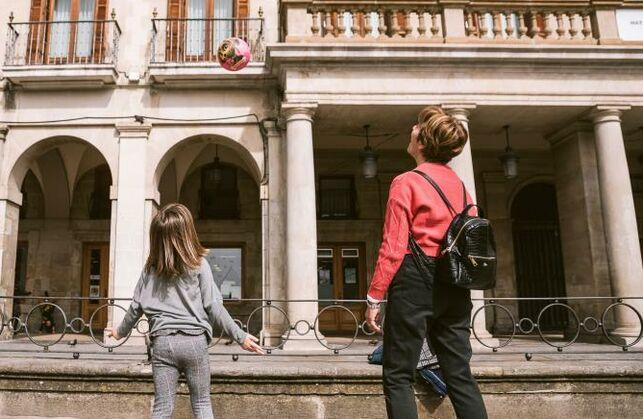 Madre e hijo en Vitoria el día que se suspendieron las clases