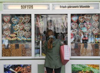 una mujer delante de un escaparate lleno de galletas en forma de corazón