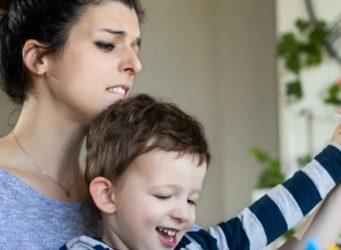 una madre con su hijo y cara de sufrimiento