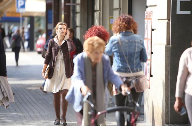 imagen de varias mujeres andando por una calle