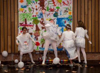 grupo de jóvenes haciendo una obra de teatro