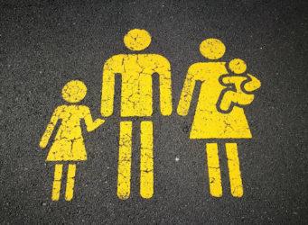 imagen en el pavimento de una familia tradicional