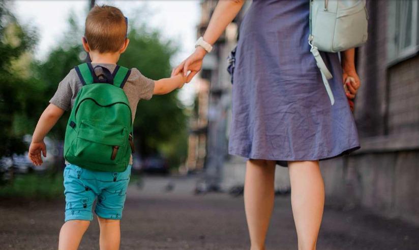 una mujer con un niño de la mano