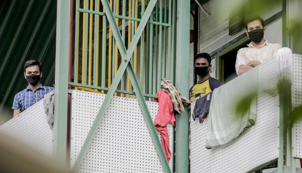 Jovenes con mascarilla en Singapur