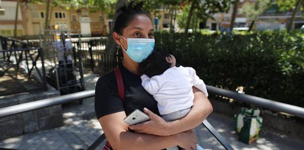 imagen de una mujer con un bebé en brazos