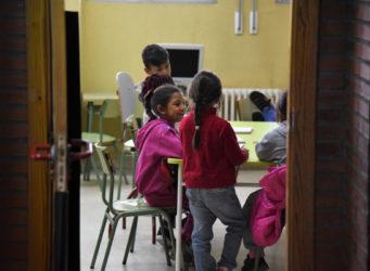 varios niños y niñas en una clase