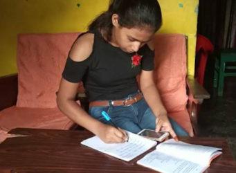 una joven estudia con un móvil