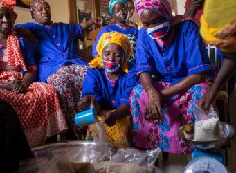 imagen de varias mujeres senegalesas con mascarillas en una habitación