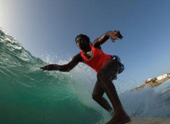 La joven surfeando