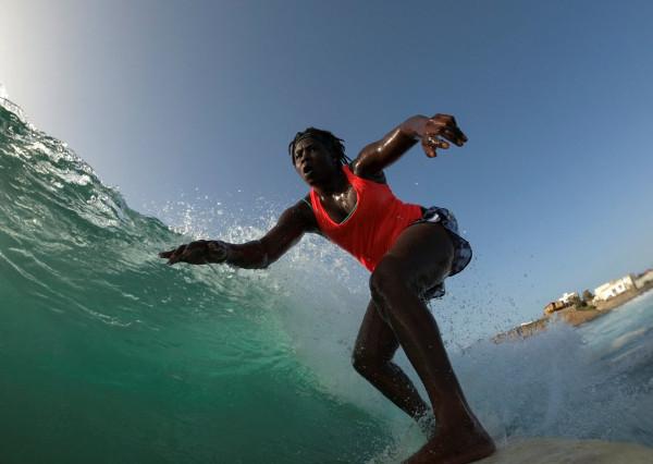 La joven Sambe surfeando