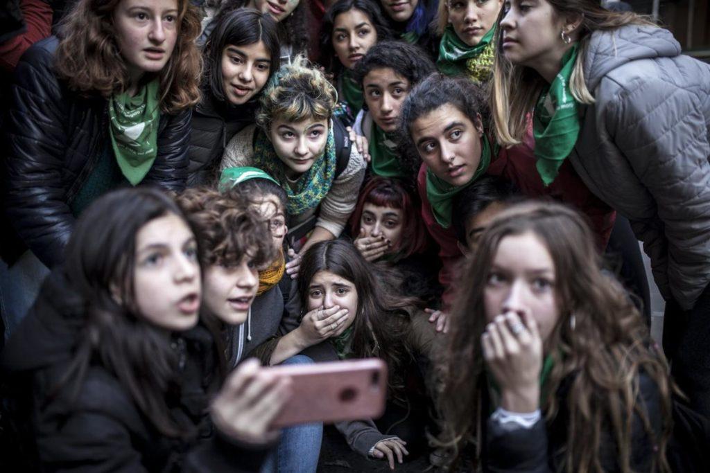 un grupo de jóvenes argentinas