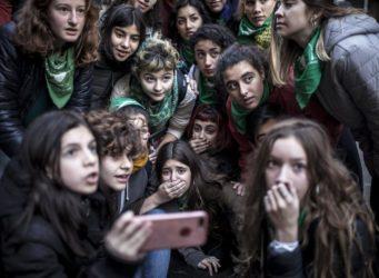 un grupo de jóvenes argentinos