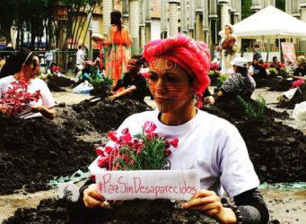 una joven con la cara pintada y una planta en sus manos