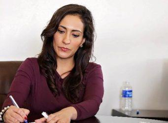 Una mujer escribe en un escritorio