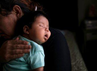 imagen de un bebé en brazos de su madre