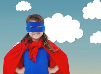 Una niña con antofaz y capa roja