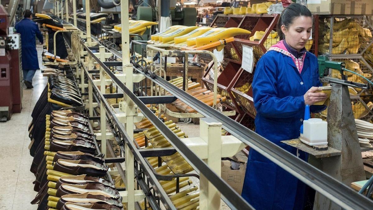 una mujer en una fábrica