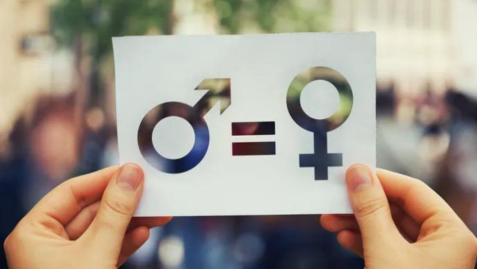dos manos sostienen un papel con los símbolos iguales recortados