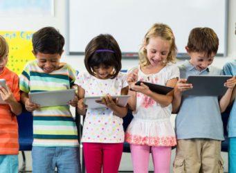 grupo de niños y niñas con tablets