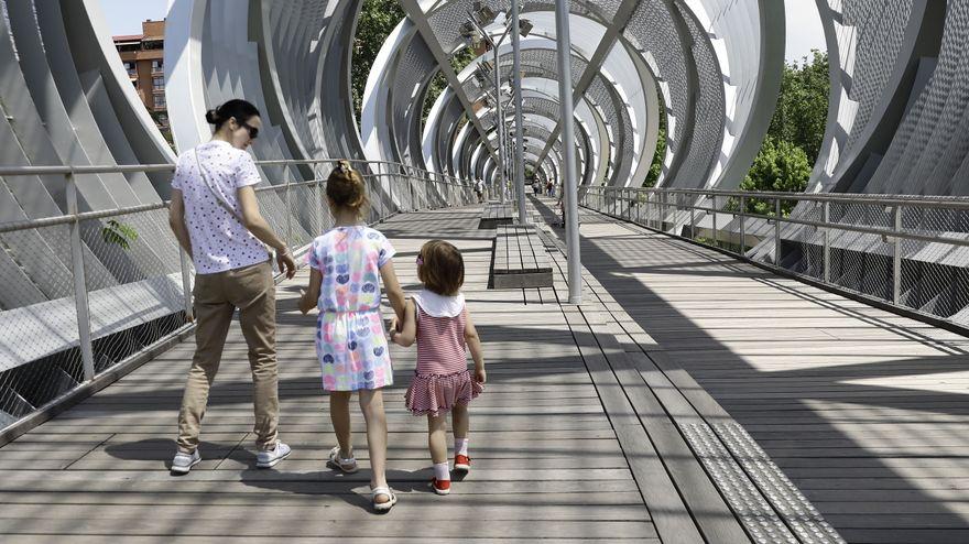 madre y dos hijas en un puente de Madrid