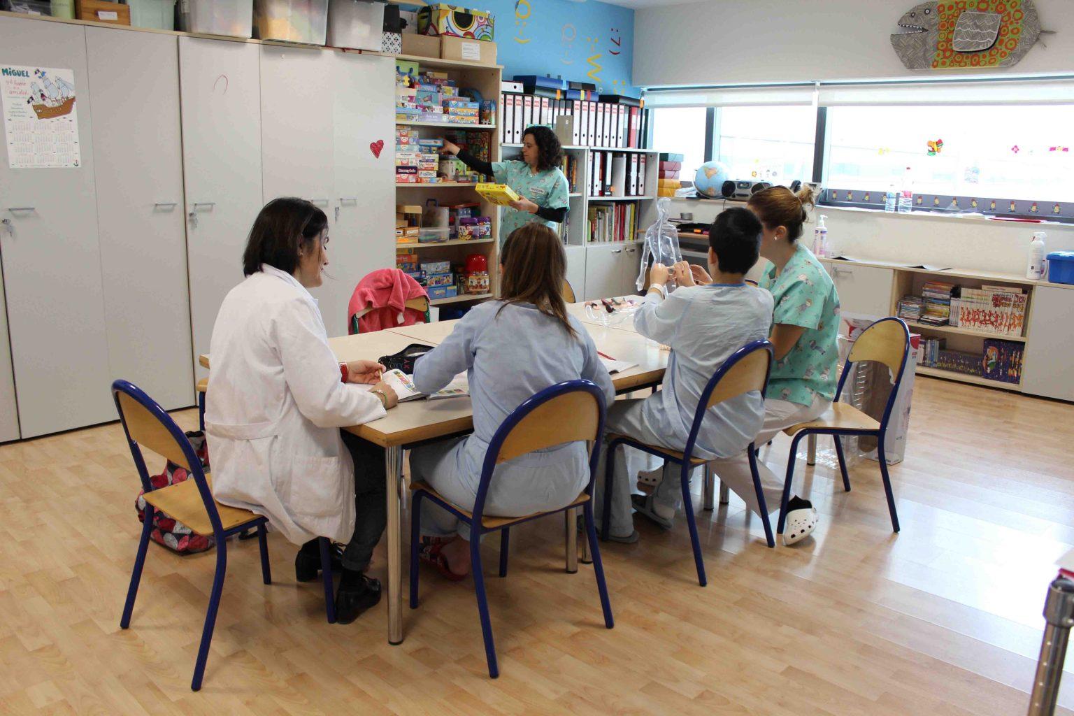 profesoras dan clase a varios alumnos en un hospital