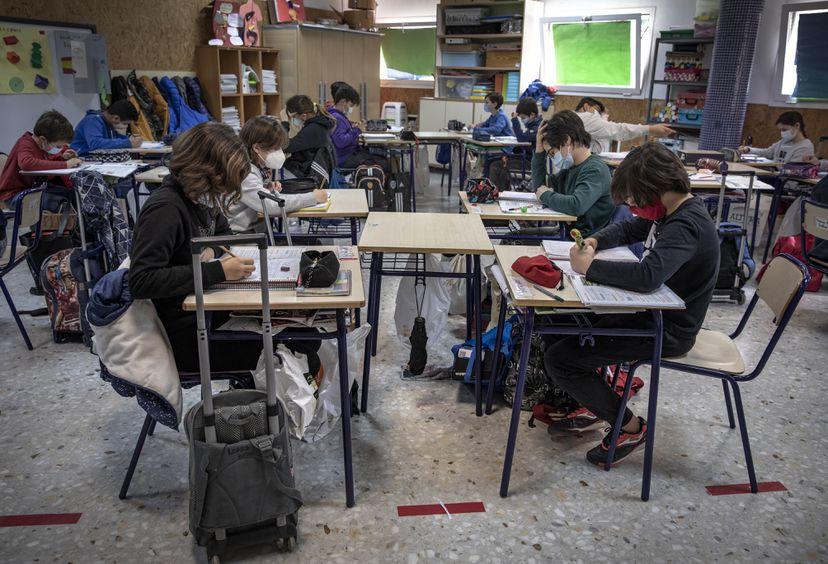 imagen de una clase con los niños con mascarillas