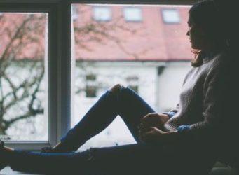 una mujer ante una ventana