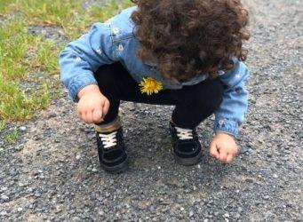 imagen de una niña agachada en un camino