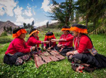 un grupo de guías peruanas