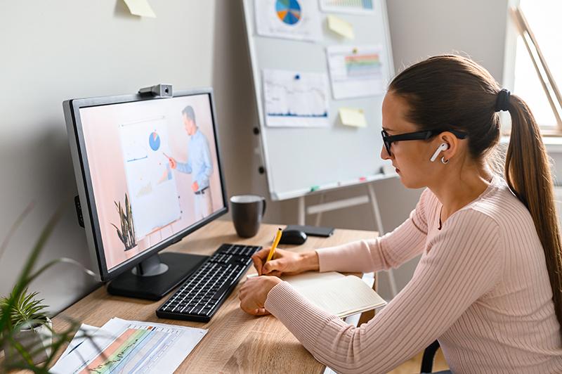 una joven trabaja en un ordenador