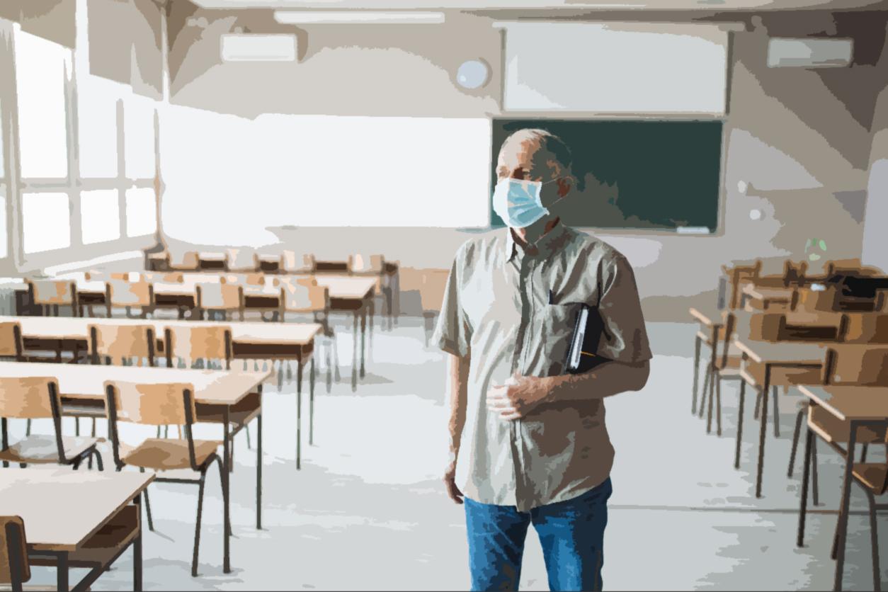un profesor en una clase vacía