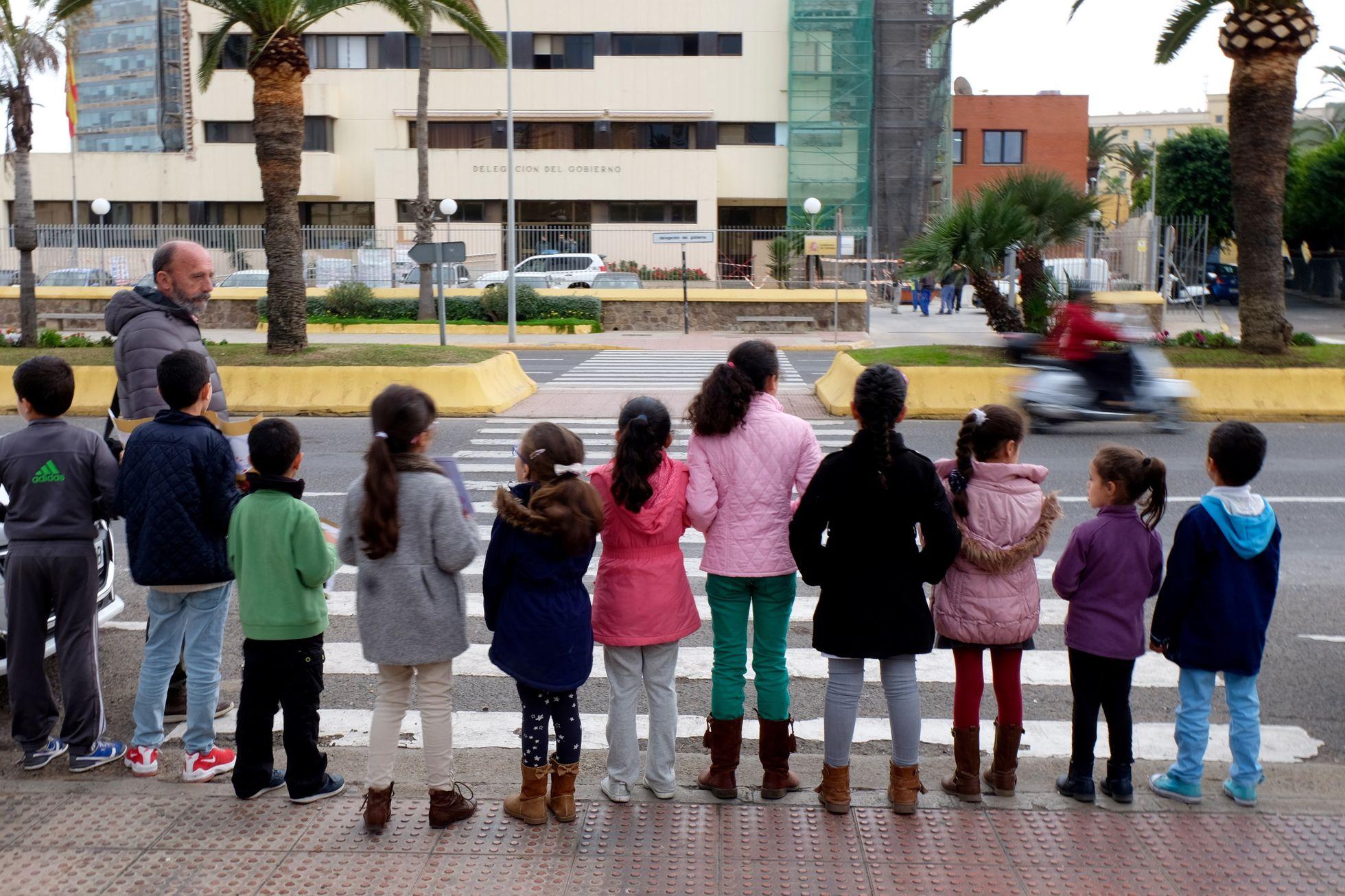 grupo de niños y niñas protestando ante el Ministerio