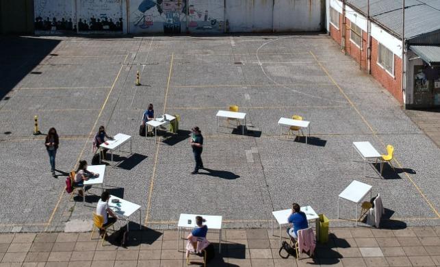 grupo de alumnos en el patio de un centro de Buenos Aires