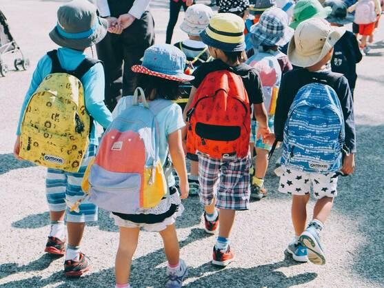 grupo de niñas con mochilas escolares