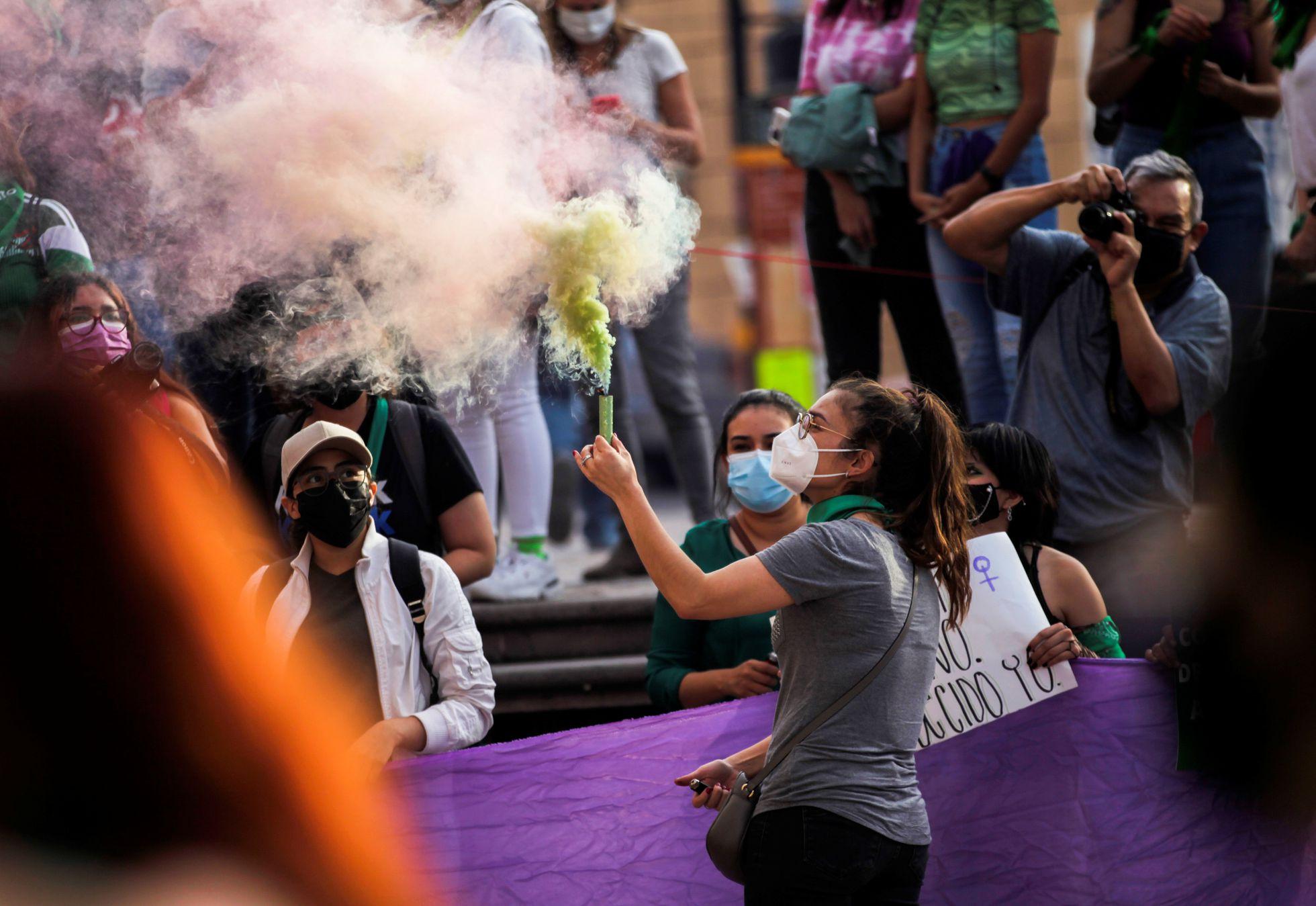 imagen de una celebración  de la despenalización del aborto en México